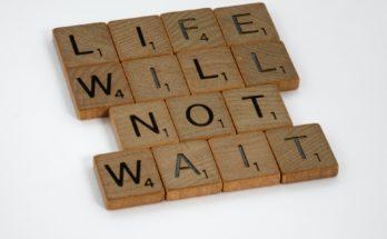"""כיתוב - """"החיים לא מחכים לאף אחד"""" - תמונה להמחשת צוואה"""