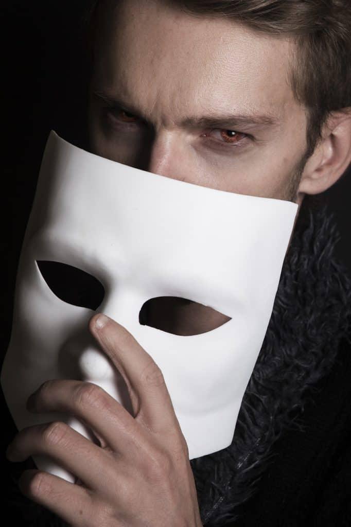 אדם עם מסיכה